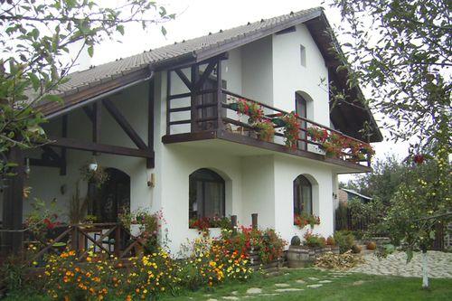 În inima judeţului Sibiu, în satul Cârţişoara, se află Pensiunea Casa Moşului, un loc de poveste, în care vei dori să revii iar şi iar. www.casa-mosului.ro