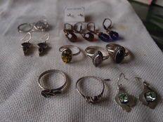 Kavel met zilveren oorbellen en ringen met natuurlijke stenen
