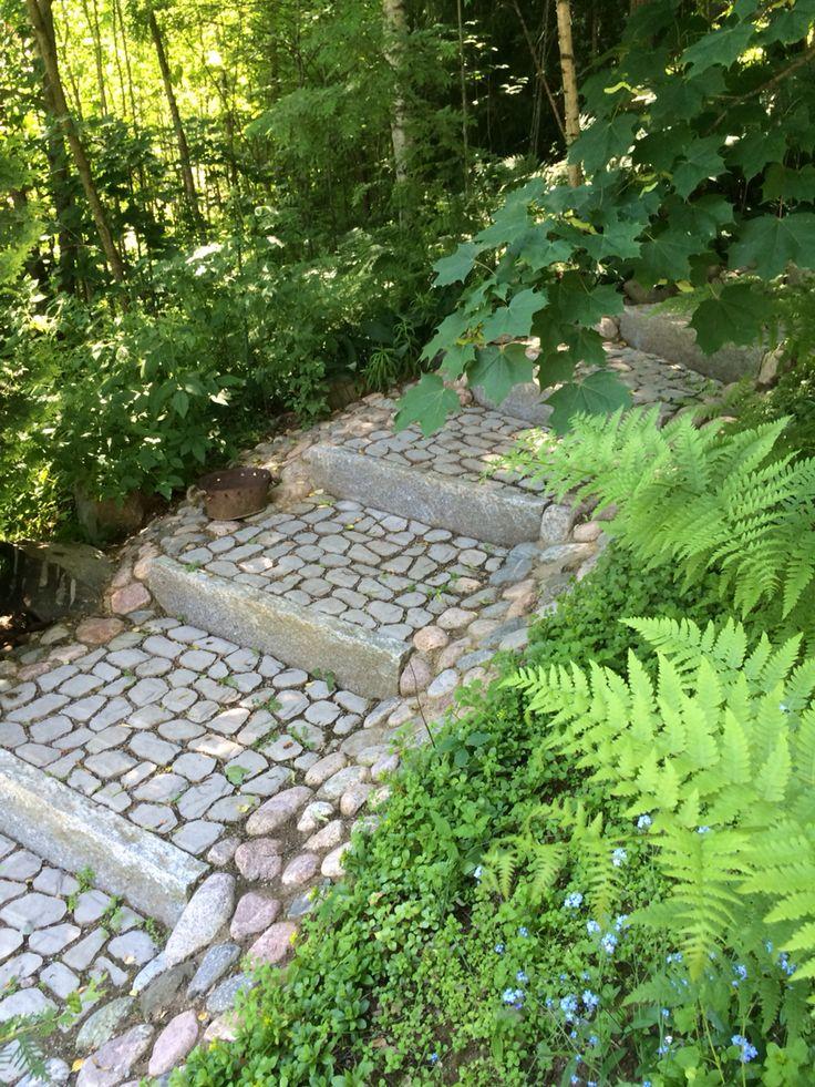 Metsäpuutarhaan sopivat kauniit graniittireunakivistä ja Louhikivistä tehdyt portaat. http://www.rudus.fi/pihakivet