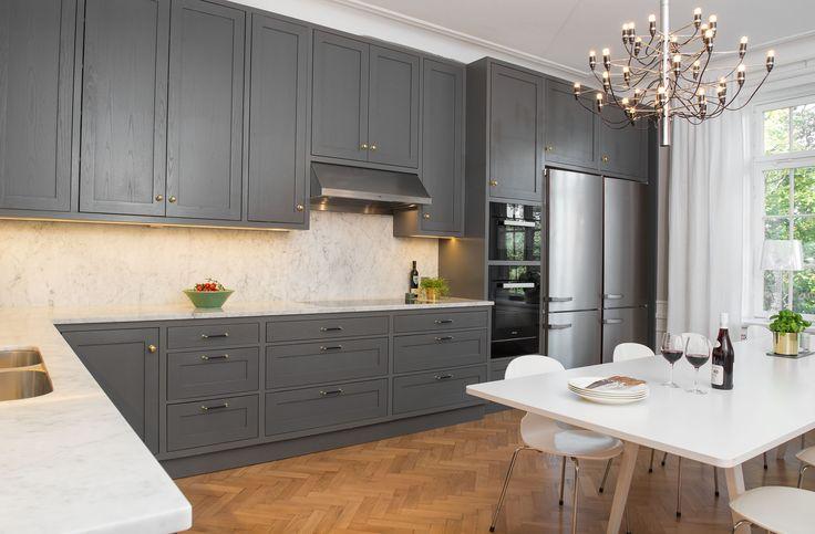 Lindö innanförliggande mörkgrå ask. Vitvaror från Miele och Fjäråskupan. Bänkskivor och stänkskydd i Carraramarmor.