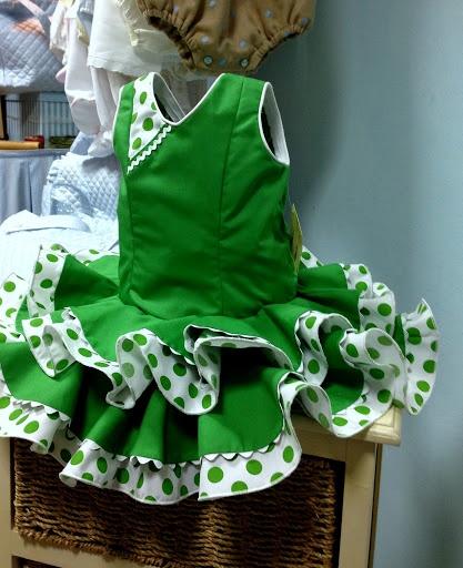 Vestido de gitana niña, popelín verde andalucía ,combinado con volantes en blanco y verde, piquillo en la orilla y detalle en el escote.