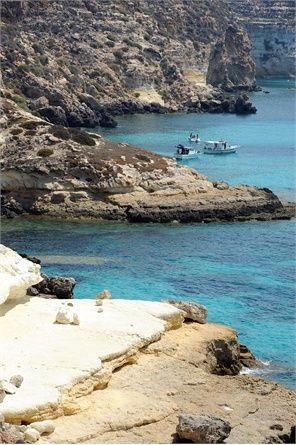 Spiaggia dei Conigli, Lampedusa Com'è: incoronata come la più bella spiaggia al mondo dagli utenti di TripAdvisor, è una lingua di costa sabbiosa circondata da baie di scogli. Sembra di essere ai Caraibi e invece siamo in Sicilia. Il mare è turchese e smeraldo pieno di piccoli pesci. Sabbia: bianca granulosa Servizi: noleggio ombrelloni Come si raggiunge: a piedi attraverso un sentiero a gradoni © Getty Images