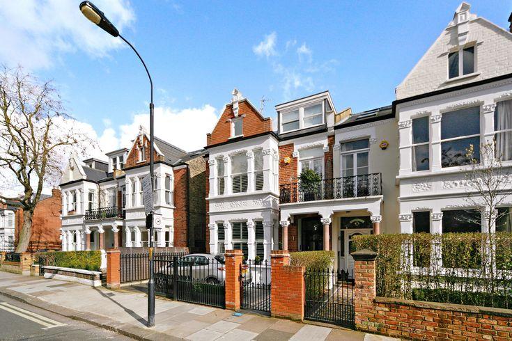 ロンドンのビクトリア朝の家  高級ブティックやレストランで知られるロンドンのフラムにある邸宅。公園や川に面していて「この上なく静か」だというオーナー夫妻は、ロシアから引っ越してきて即入居可能な家を探していた。2011年に改築され357平米、6寝室、5浴室を備え収納スペースも多い。地下には音響効果抜群の映画鑑賞室も。約9億円で売り出し中。