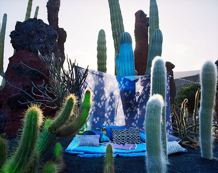 Une journee deco a Lanzarote  La sieste, en version blue note, sur un lit improvisé    Au sol : Courtepointe Samarcande (Compagnie Française de l'Orient et de la Chine). Plaids Vice Versa (Maison de Vacances). De gauche à droite : Coussins Soria et Bulles (Élitis). Coussin Vice Versa (Maison de Vacances). Coussin Dream (Élitis au Bon Marché Rive Gauche). Coussin Purple (Jennifer Shorto au Bon Marché Rive Gauche). Coussin Ambre (Élitis). En fond : Tissu Indigo (Maison Lévy).