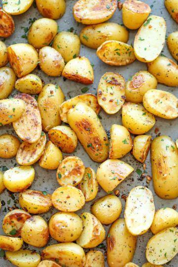 'Batatas assadas são surpreendentes em uma salada, ou no que eu fiz ontem — eu amassei batatas assadas pequenas com ovos cozidos, acrescentei maionese e chipotle em pó e comi no almoço', diz Langer. 'Eu fiquei irritada que não tinha abacate para colocar lá, mas as batatas e os ovos eram apenas sobras e gastei apenas 5 minutos para fazer o almoço. Impressionante'.Obtenha a receita para essas batatas de alho aqui.