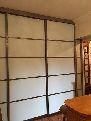 Une porte avec un apport de lumière naturelle