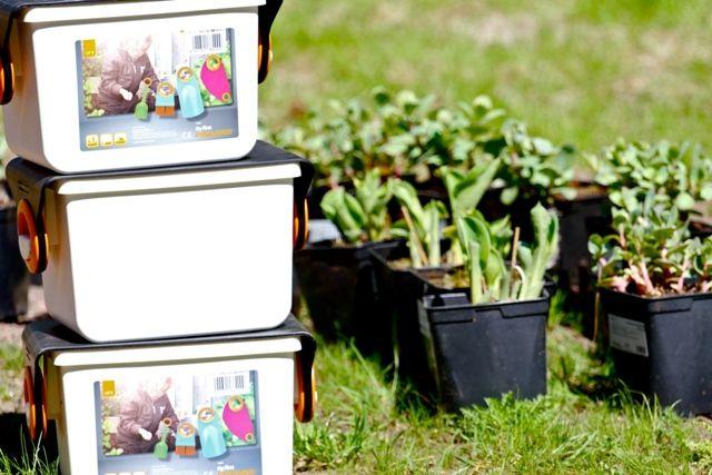 Työkalulaatikko ja pienet työkalut on suunniteltu perheen pienimmille puutarhureille.