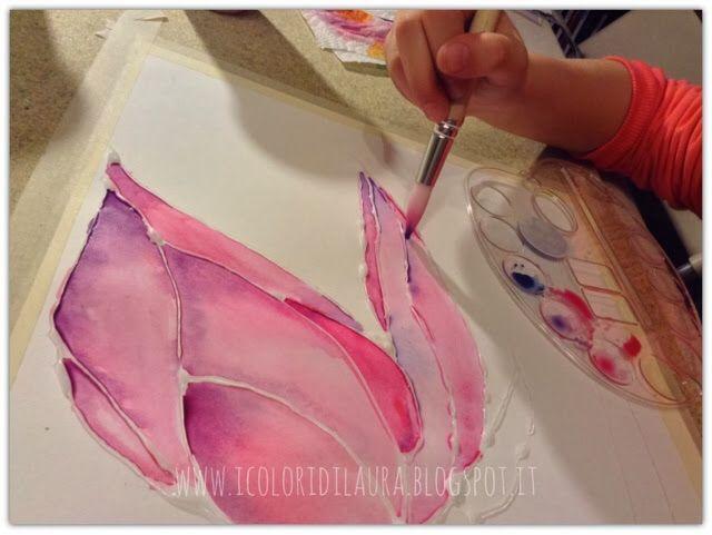 Dopo aver fissato il foglio ad un supporto rigido con nastro adesivo di carta, ho disegnato con la colla i contorni di una farfalla.Dopo circa trenta minuti la colla si è asciugata lasciando sul foglio un disegno dai contorni trasparenti e rigidi. Poi si comincia a dare colore con leggeri tocchi di punta di pennello molto bagnato. Il colore andrà da solo a riempire lo spazio delimitato dalla colla. Quando ancora l'acquerello e' bagnato si possono creare sfumature con pennellate di colore…