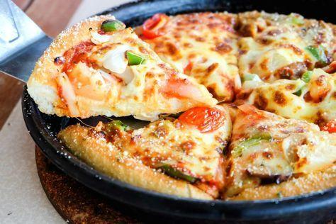 Fie că o faci ca fel principal sau aperitiv, pizza la tigaie e soluția ideală, în orice moment! O faci cu ce găsești prinfrigider, cu minimum de efort, doar respectând pașii de mai jos! Combină, într-un bol, toate ingredientele pentru blat, până obții un aluat moale (chiar lichid) și omogen. Încinge tigaia (la foc mediu), …