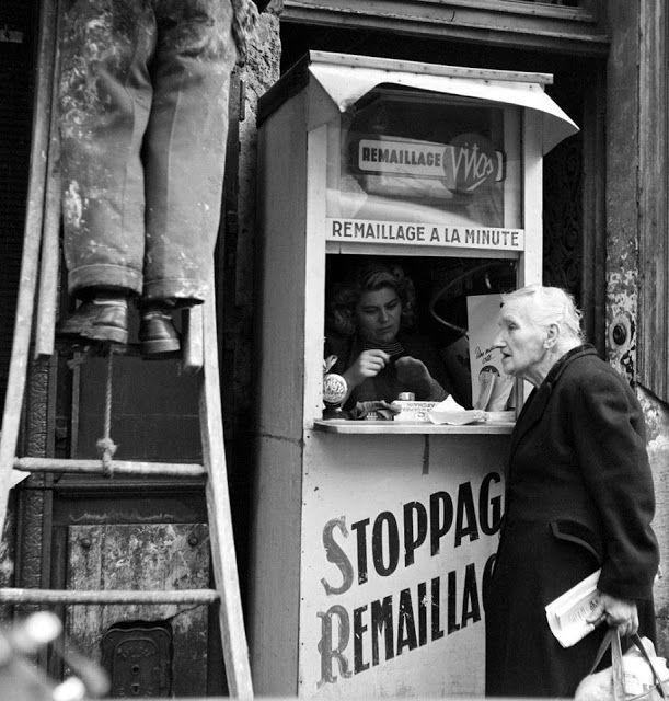 Quelle femme   songerait aujourd'hui à faire remailler bas ou   collants ? On ne sait pas ce que fait l'homme sur   son échelle à côté...   1956