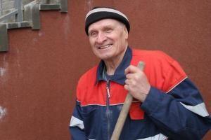 Щедрый дворник из Тамбова помогает пенсионеркам.  74-летний Олег Краснощек  уникальный тамбовский пенсионер. За его плечами богатая профессиональная биография. С детства спортсмен Олег Краснощек всю жизнь связал со спортом.  Мастер спорта СССР по волейболу был учителем физкультуры директором спортивной школы сотрудником мэрии также курировал спортивное направление в городе. После выхода на пенсию щадящий режим себе устраивать не стал  устроился на работу дворником в местную компанию. Тут и…