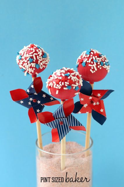 Celebrate the 4th of July with these adorable 4th of July Cake Pops! #fourthofjuly #cakepops #recipe