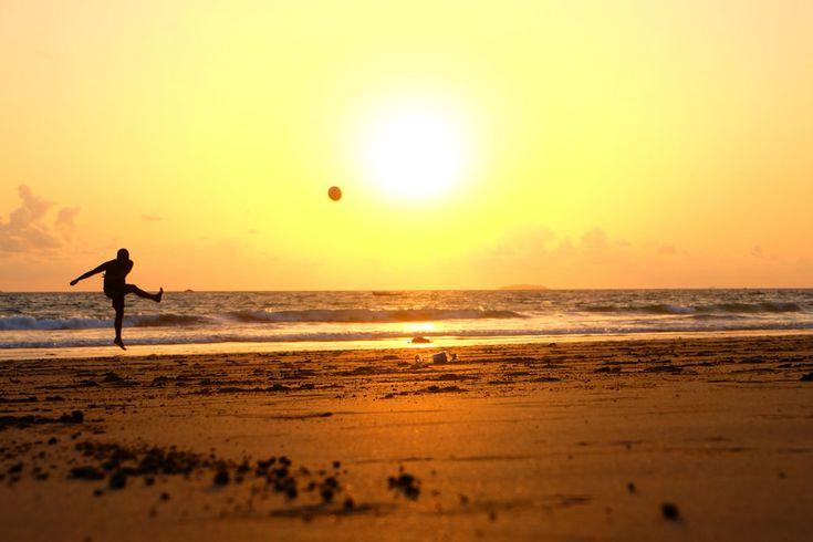Descargar foto gratis de un chico chutando un balón en la playa > http://imagenesgratis.eu/imagen-gratis-de-un-chico-chutando-un-balon-en-la-playa/