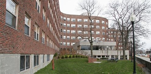 Alvar Aalto. Baker House, Massachusetts, 1947-48. Czerwona cegła, wystające klatki schodowe, dom studencki, miękka linia elewacji wynikająca z krajobrazu, właściwe doświetlenie pomieszczeń, właściwe dyspozycje funkcjonalne, druga strona budynku ma surowy charaktr/wygląda jak inny budynek, czerwona cegła łagodzi i współgra z otoczeniem, dolna część z żelbetu
