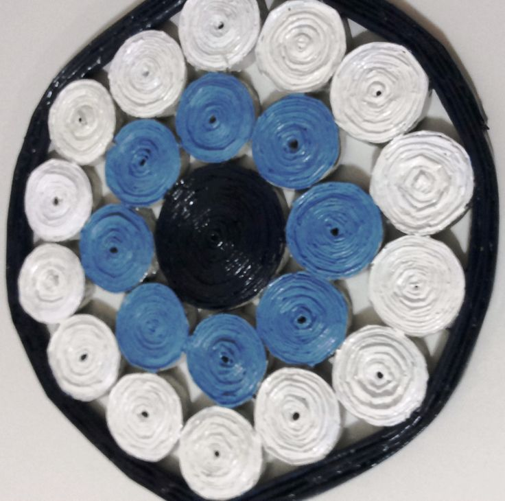 """Decoração de parede ou em suporte de mesa e balcão, este """"olho grego"""" foi confeccionado a partir de jornal reciclado"""