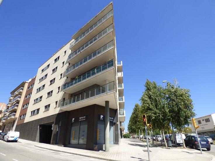 Asesoria Afys gestiona la venta de la promoción de pisos en Manresa Els Esparvers, una de las mejores promociones de la ciudad con piscina comunitaria.
