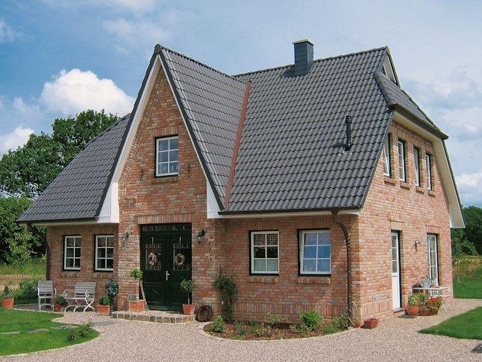 Friesenhaus mit hellem Klinker und grauem Dach von ECO