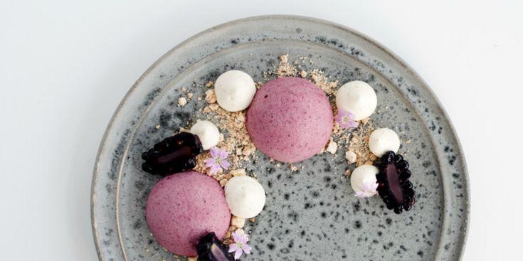 Denne dessert bestående af skøn brombærmousse og cheesecake er både frisk, sød og sprød.
