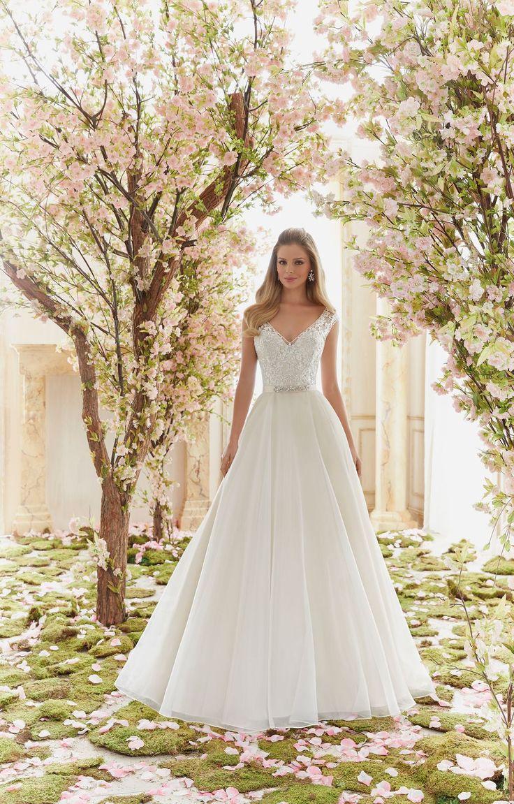 Romantyczna suknia ślubna Mori Lee, z koronkowym gorsetem i kroju litery A. Lśniący, koronkowy gorset, z dekoltem w kształcie litery …