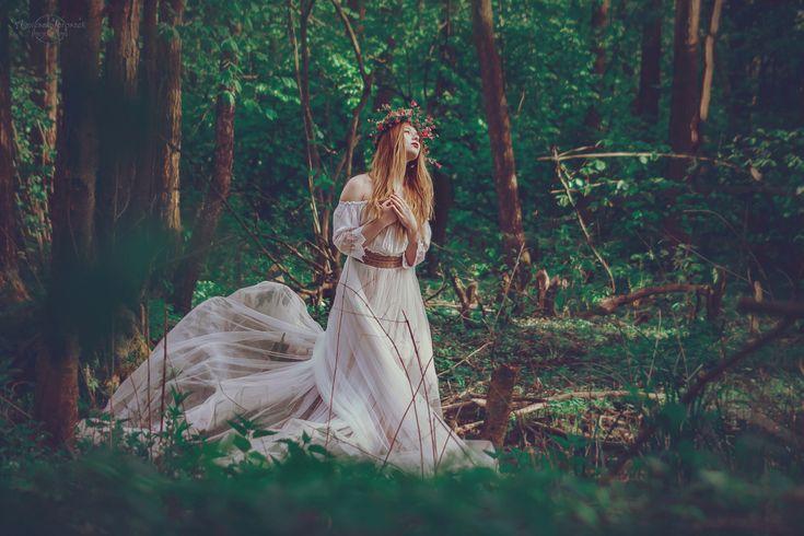 Świtezianka | Agnieszka Juroszek Photography |    Model: Adrianna Brzozowska | girl, flowers,  colors, spring, portrait, delicate, beauty, forest, fairy, magic, green, white dress, wild, nature