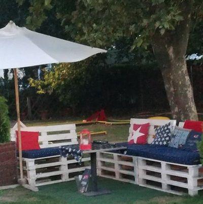 Végre vége az építkezésnek. Jöhet a kert rendbetétele. Haverok, kerti party… Na, de hova üljenek le?
