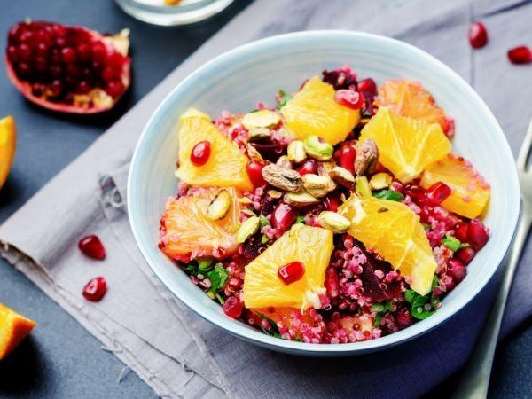 Quinoa con arancia, melograno e pistacchi: l'insalata fresca con la buonissima graminacea e il gusto della frutta secca e della frutta acidula