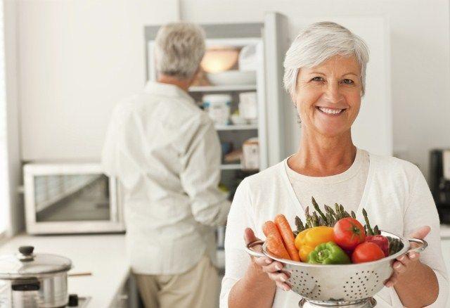 Egészséges étkezés minden életkorban. Sok tápanyag, nem túl sok kalória – az egészséges táplálkozás alapszabálya fiatalra és idősre egyaránt érvényes