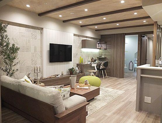 リビングルーム – 優しくムードあるリビングコーディネート 淡いベージュ・モカカラーでまとまったリビング。さりげなく上品な柄パネルとダウンライトが、優しくムードある空間を演出します。