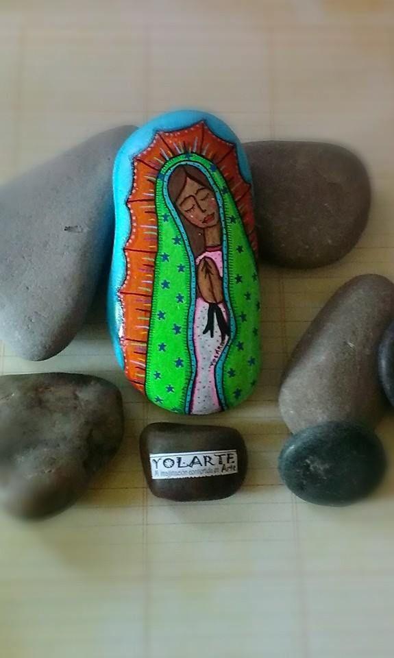 Virgen de guadalupe piedra pintada a mano yolarte for Pintura de piedras