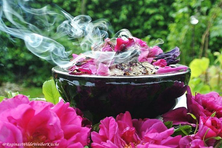 Sinnliche Liebesräucherung mit Harzen, Kräutern und Blüten