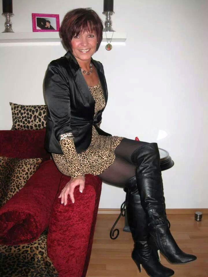 Mature women wearing sexy boots-1090