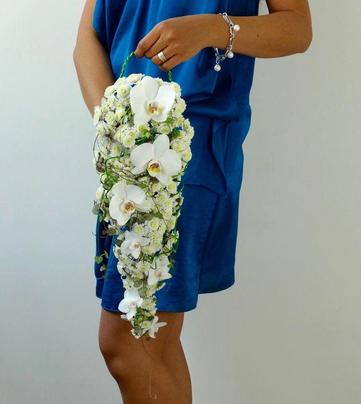 Teardrop bouquet. Bruidsboeket met Phalaenopsis, Chrysanthemum en Ceropegia woodii, door Natys Floral Design & Services