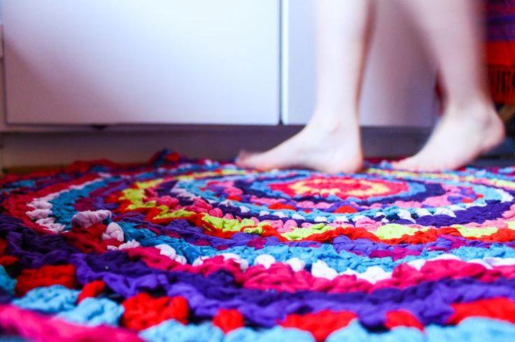Virkad matta av begagnade kläder. Siri Andersdotter för Monthly Makers februari, tema återbruk.