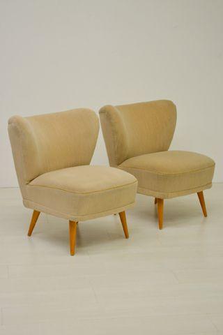 Set van 2 cocktail fauteuils met een leuke crème gestreepte bekleding.  In een goede vintage staat.  Prijs per set.