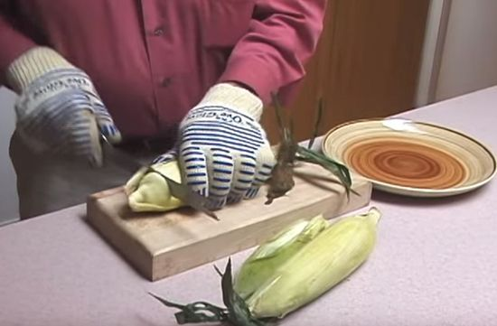 Corn on the cob is a summer food staple. But shucking corn can create a huge mess! See this awesome food hack for shucking corn without creating a mess. This will easily allow you to get to the corn more quickly and make cleaning up a breeze.