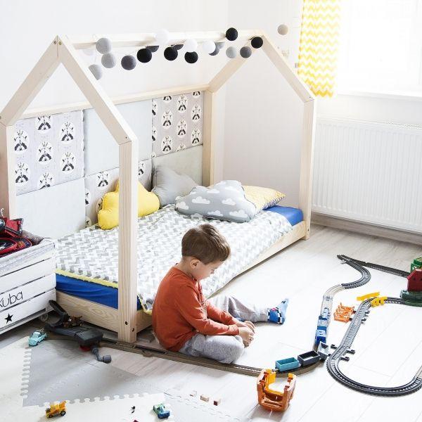 Dětská postel ve tvaru domečku