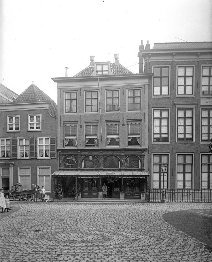 Café-Restaurant 'De Harmonie', Breestraat 16, gezien vanaf de Papengracht (ca. 1900).