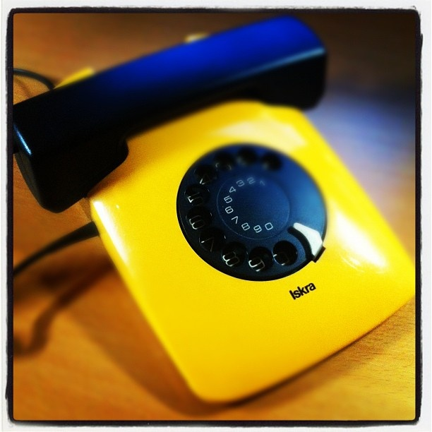 これも四半世紀、使ってるイスクラの電話。たしか今はなきユーゴスラビア製。ゆっくりダイヤルがもどる音を楽しむ。もちろんリダイアル機能などない! - @niya96- #webstagram