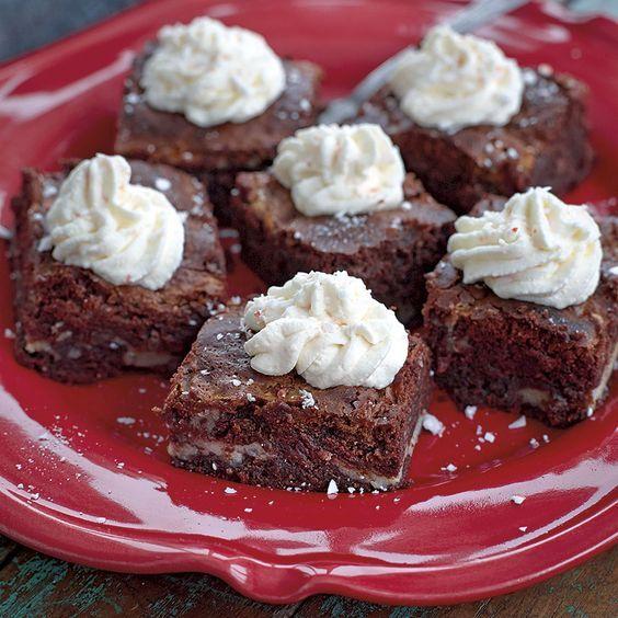 Strö gärna lite extra krossad polkagris över dina chokladbrownies med polkagrisgrädde.