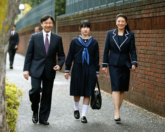 Le 5 avril, les princes héritiers du Japon ont accompagné leur fille au collège pour sa première entrée.