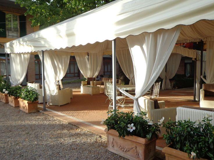Lounge-Pavillon im großen Park des Hotels