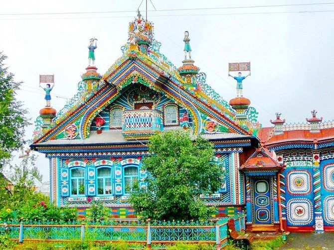 Деревня Кунара, Свердловская область. Кузнец Сергей Кириллов, работал над своим домом в течение 50 лет.