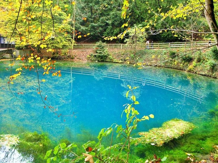 Der Blautopf in Blaubeuren in Baden-Württemberg gehört zu den schönsten Seen in Europa. Der 21 Meter tiefe See strahlt vor allem in Sommerperioden besonders bläulich. Mehrere Höhlenzweige gibt es unter der Wasseroberfläche. Besucher können sich bei diesem Anblick kaum satt sehen