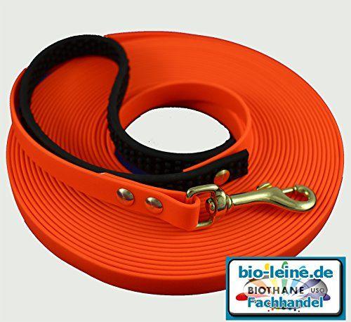 Aus der Kategorie Schleppleine  gibt es, zum Preis von EUR 35,95  Orange Biothane Schleppleine in 10 m mit Handschlaufe 12 mm breit. Die Dicke des Materials beträgt 2.5 mm Wird die Handschlaufe nicht benötigt, kann sie einfach abgeschraubt und bei Bedarf wieder befestigt werden. <br> Die Handschlaufe wird aus dem sehr griffigen Material -Super Grip - hergestellt <br> <br> Zum Material: Vorteile von Biothane bei Leinen Halsbändern und Geschirren: <br> 1.) einfach zu reinigen - nur mit Wasser…