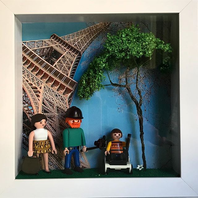 """We will always have Paris""  Custom made from the  23cm X 23cm SOLD  Encomendasinbox #CustomMade #ToyArt #VintageToys #CoolGift #Playmobil #ToyDesign #Craft #OneByOne #KidsRoom #RetroToys #Recicle #Reuse #Decor #Kids #Brinquedoteca #Decoracaoinfantil #Portamaternidade #Maternidade #sustainabledecor #Figures #Brinquedo #Original #VinylToys #QuartoMenino #PopArt #DesignerToys #QuartoMenina #FramedToys #Vintage #Quartobebe PLAYMOBIL é uma linha de brinquedos produzida pelo Brandstätter Group…"
