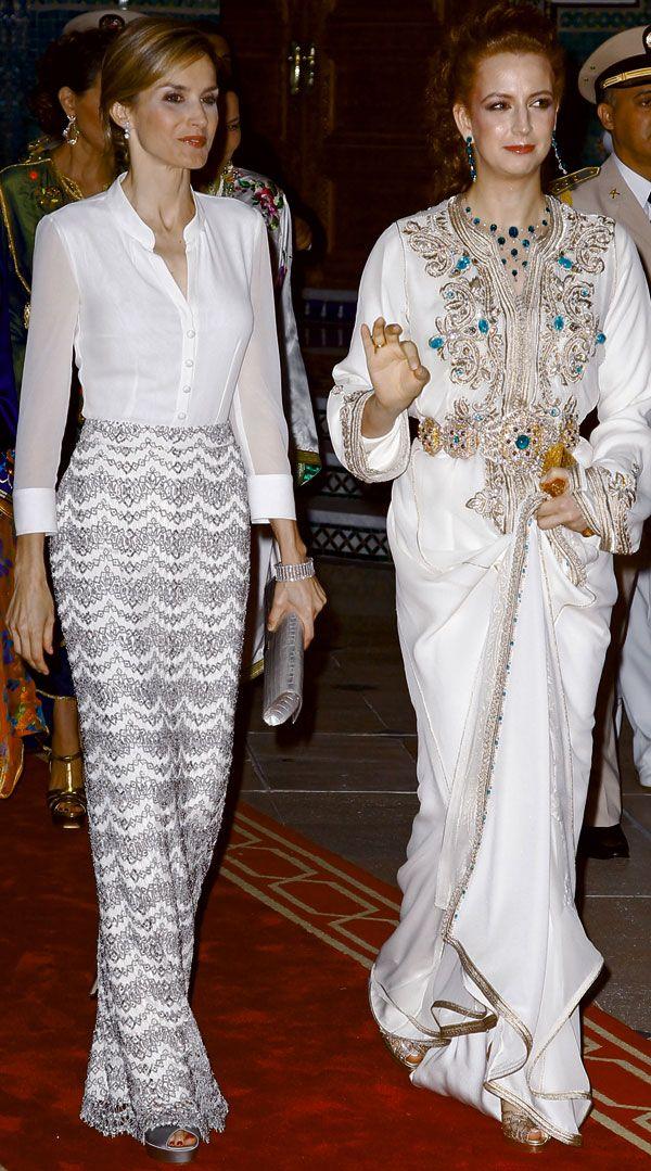 Letizia volvió a confiar en Felipe Varela en la cena en Marruercos, estrenando una blusa en georgette de seda blanca y falda larga bordada en metal plata, que acompañó con sandalias de raso. Lalla Salma de Marruecos lució un espectacular kaftan de fiesta bordado de pedrería.