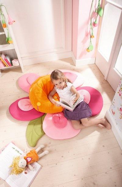 Puff infantil Flor mimosa de Haba. ¡Sentarse encima de esta flor es comodísimo! Es una bonita decoración para una habitación de niñas y a la vez da mucha alegría.