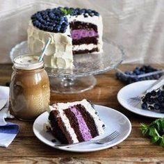 Рецепт приготовления шикарного торта с влажным и сочным шоколадным бисквитом, сливочно-творожным кремом и муссом на основе черники и маскарпоне