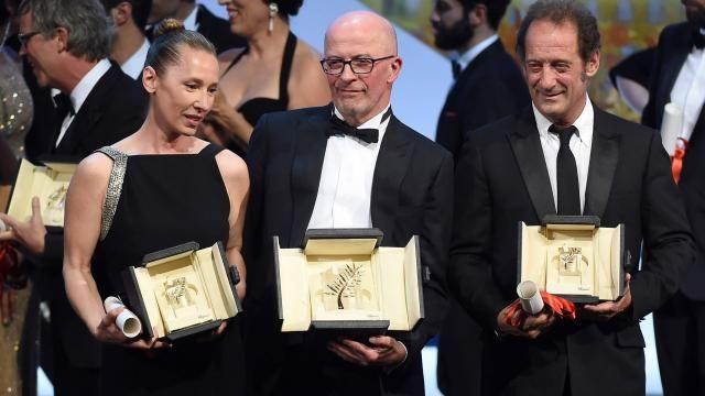 Emmanuelle Bercot presenteert haar prijs voor beste actrice op Cannes 2015, naast Jacques Audiard en Vincent Lindon.