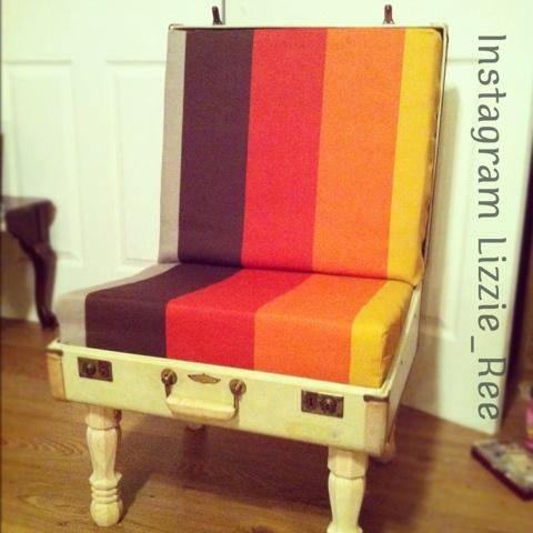 Sillón o silla hecha con una maleta reciclada antigua